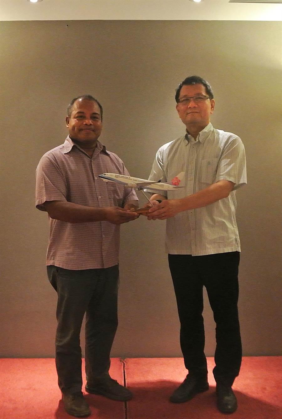 華航發言人劉朝洋副總經理致贈「紅梅揚姿」738模型飛機予帛琉副總統歐宜樓。圖:華航提供
