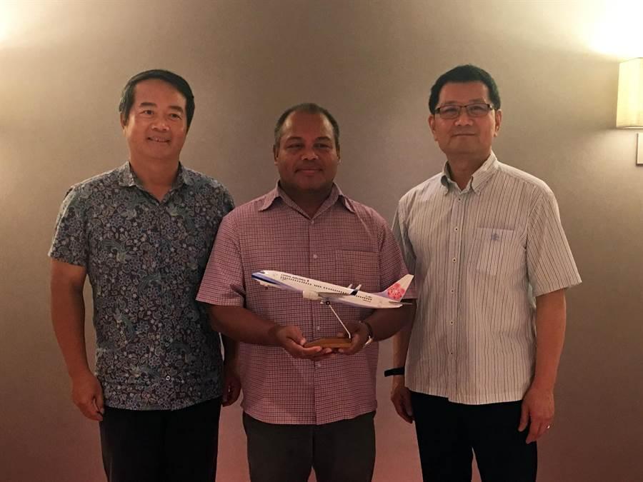 我國駐帛琉周民淦(左一)大使與會見證。圖:華航提供