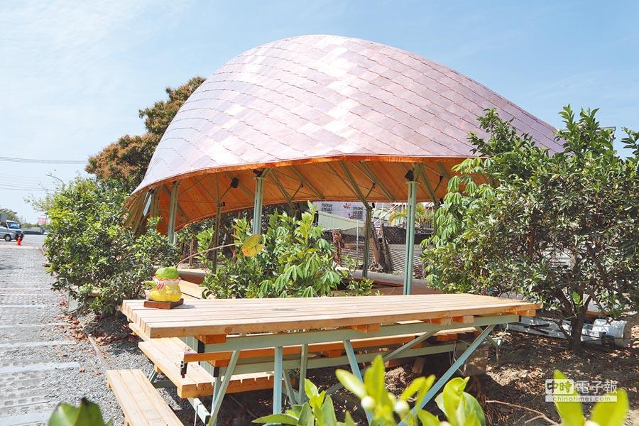 龍泉生態月台由多組藝術共創,白天金屬屋頂閃閃發光、夜晚打燈後呈現另一種浪漫氛圍。(劉秀芬攝)