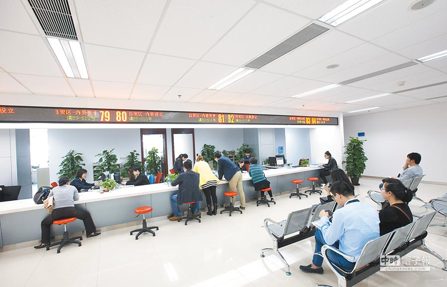 上海自貿區吸引外資超過千億美元。圖為民眾在自貿區內張江行政服務中心辦理業務。(新華社資料照片)