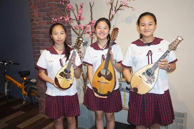 新化國中於2011年推廣曼陀林音樂,校內也有曼陀林社團。(李其樺攝)