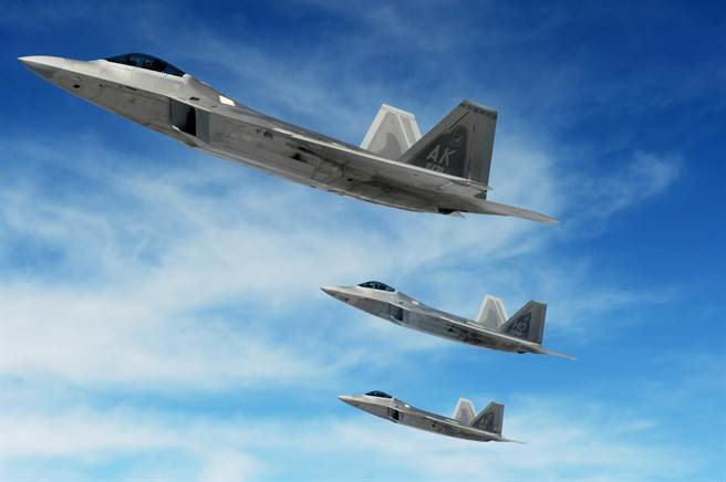 美空軍的快速猛禽計劃隨時準備4架F-22與運輸機、燃料、武器等後勤支援,可以在24小時內抵達全球任何地方進行先發攻擊。(圖/美國空軍)