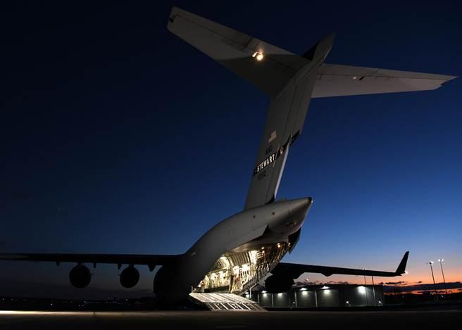 快速猛禽計劃中還包括一架C-17全球霸王運輸機為F-22進行後勤支援作業。圖為C-17。(圖/美國空軍)