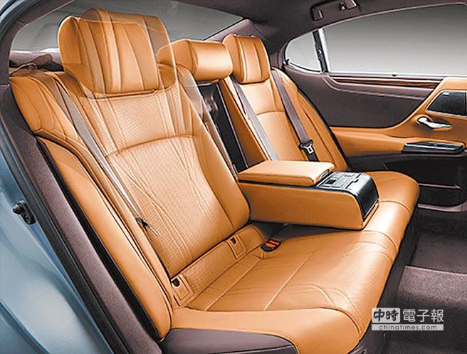 ES 300h旗艦版專屬後座電動座椅可向後傾斜達8度,托捧著後座乘員肩背以紓解壓力,長途旅程亦不感疲憊。(和泰汽車提供)