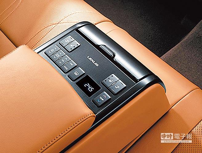ES 300h旗艦版後座中央扶手設置音響及空調獨立控制面板,讓後座乘員根據個人需求調整空調溫度、電熱座椅溫度及後擋遮陽簾升降。(和泰汽車提供)