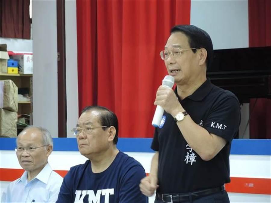 國民黨新竹市黨部主委呂學樟(右)傳出有意徵召國民黨黨代表李明璇到新竹市選立委。(邱立雅攝)