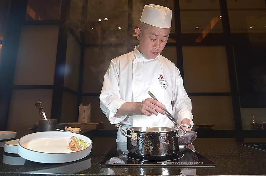 台北萬豪酒店新增的日式高檔火鍋餐廳,設有Chef Table式的包廂,由主廚在板前為客人涮料與烹調料理。(圖/姚舜)