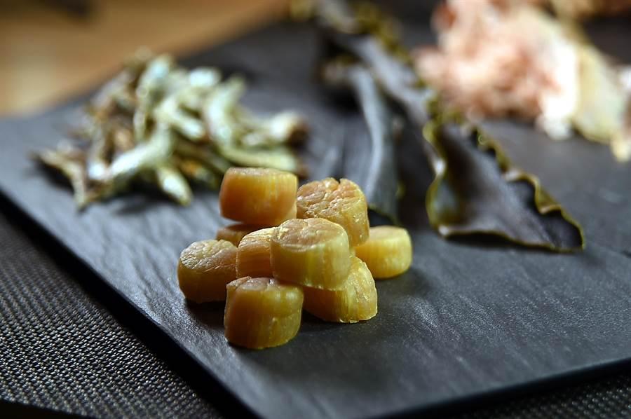 除了高檔昆布和柴魚,〈Mark's Shabu〉主廚並會用到干貝、小魚乾或上好的香菇熬煮火鍋湯頭。(圖/姚舜)