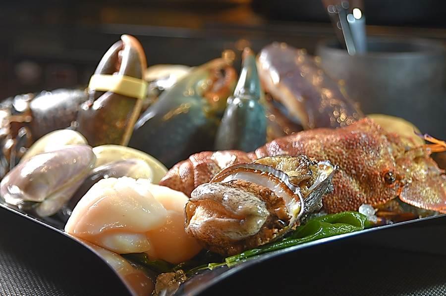 台北萬豪酒店〈Mark's Shabu〉火鍋選用的海鮮食材俱都高檔,且一律都是活跳跳的鮮活海鮮。(圖/姚舜)
