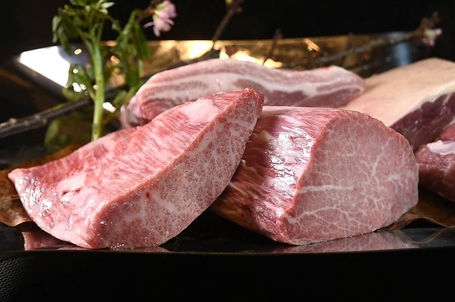 除A5級日本山形和牛外,台北萬豪酒店〈Mark's Shabu〉火鍋的肉品並包括盤克夏豬肉、櫻桃鴨胸肉,以及柔嫩的法國小羔羊肉。(圖/姚舜)