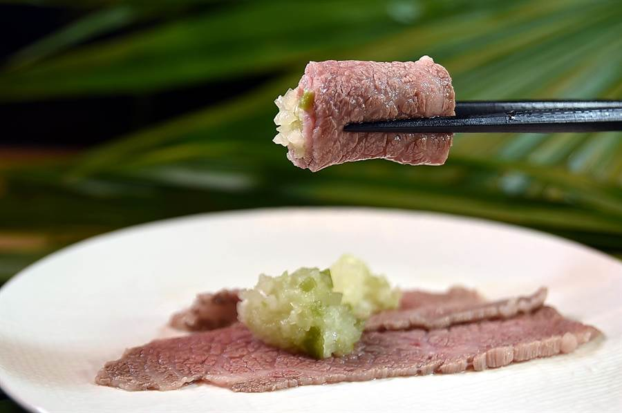 鮮嫩甘甜日本和牛上肩胛肉涮至8分熟後,可以捲入洋蔥和山葵作餡入口,這是Mark's Shabu主廚為客人準備的醬料。(圖/姚舜)