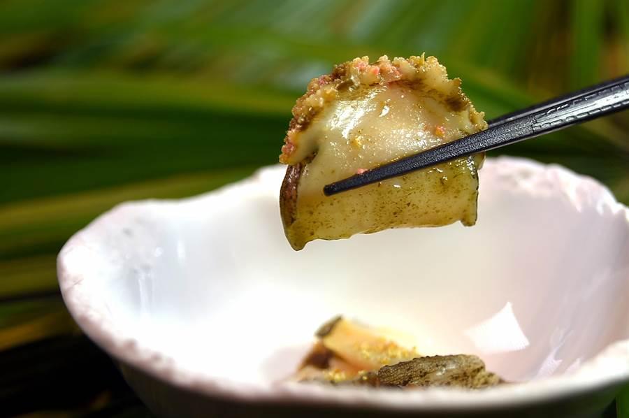 九孔鮑涮至8分熟後起鍋,主廚會另外用醬汁賦味,食客吃來好像在品嘗一道鮑魚美饌,忘了自己在吃火鍋。(圖/姚舜)