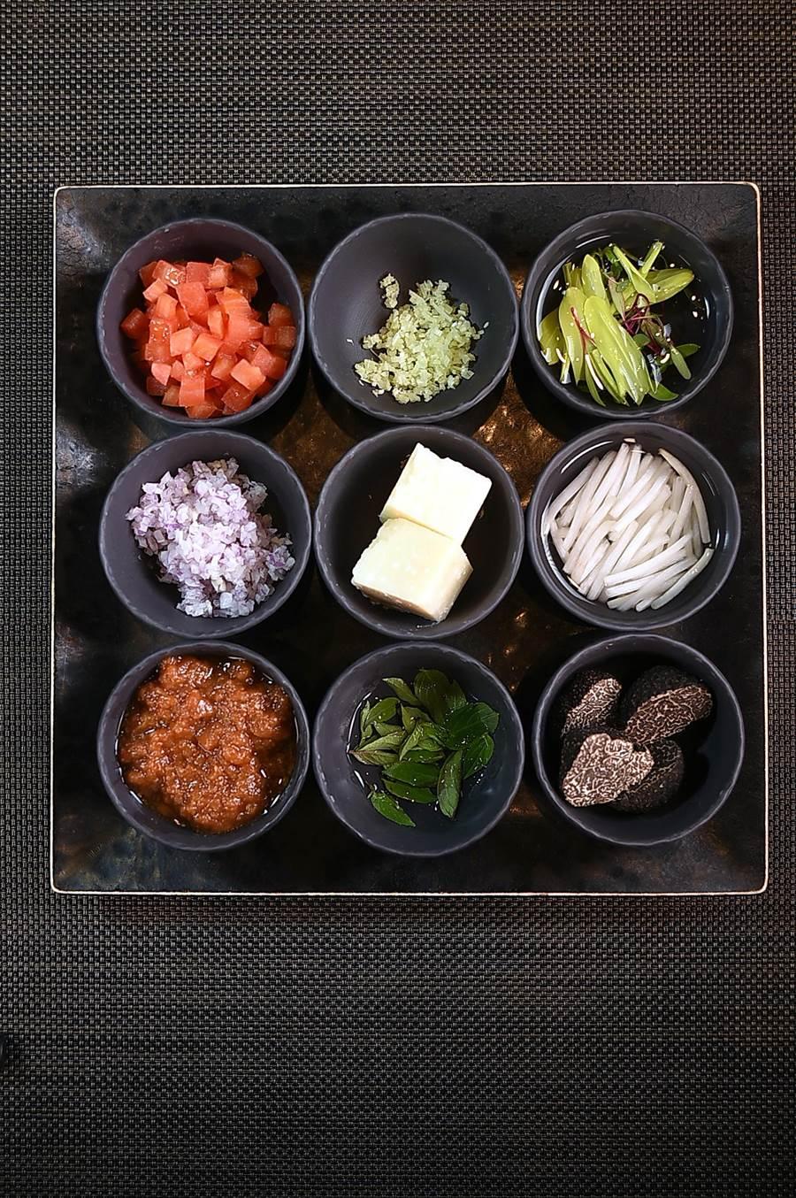 〈Mark's Shabu〉為客人準備的醬料與佐料豐富多樣,客人可以位涮料不同自己選擇搭配。(圖/姚舜)