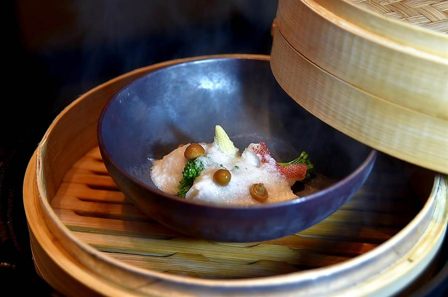 除了用高檔食材涮鍋,台北萬豪〈Mark's Shabu〉主廚亦會在板前為客人蒸製紅條魚等當令海鮮。(圖/姚舜)