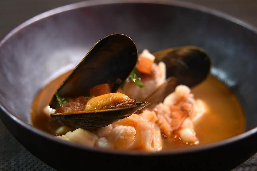 除了傳統日式柴魚昆布湯頭外,台北萬豪酒店〈Mark's Shabu〉主廚林勤凱並會「因材配湯」,圖為用龍蝦湯涮煮的法國淡菜和龍蝦。(圖/姚舜)