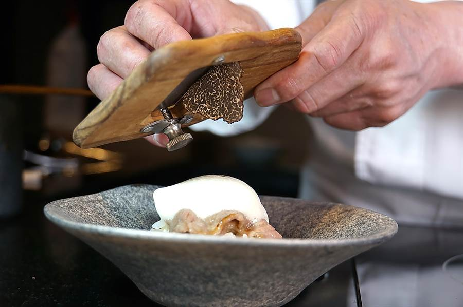 在台北萬豪〈Mark's Shabu〉品嘗主廚板前料理的高檔火鍋,有些菜餚會現刨松露提味。(圖/姚舜)