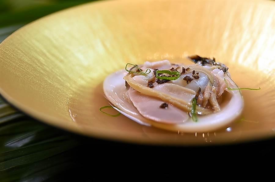 來自日本的「平貝」,體型碩大、肉質彈Q,味道鮮甜中帶有海味,用火鍋湯頭涮熟熟後不 調味就很美味。(圖/姚舜)