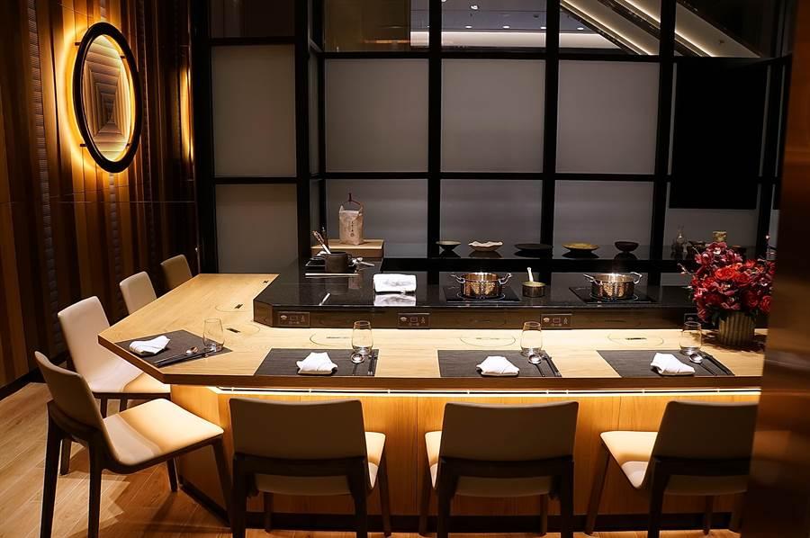 台北萬豪酒店搭上「板前料理」食潮,在飯店一樓新開〈Mark's Shabu〉火鍋餐廳,除了自煮區外,並有2間高檔包廂,客人可以預約指定主廚由主廚在板前為客人服務。(圖/姚舜)