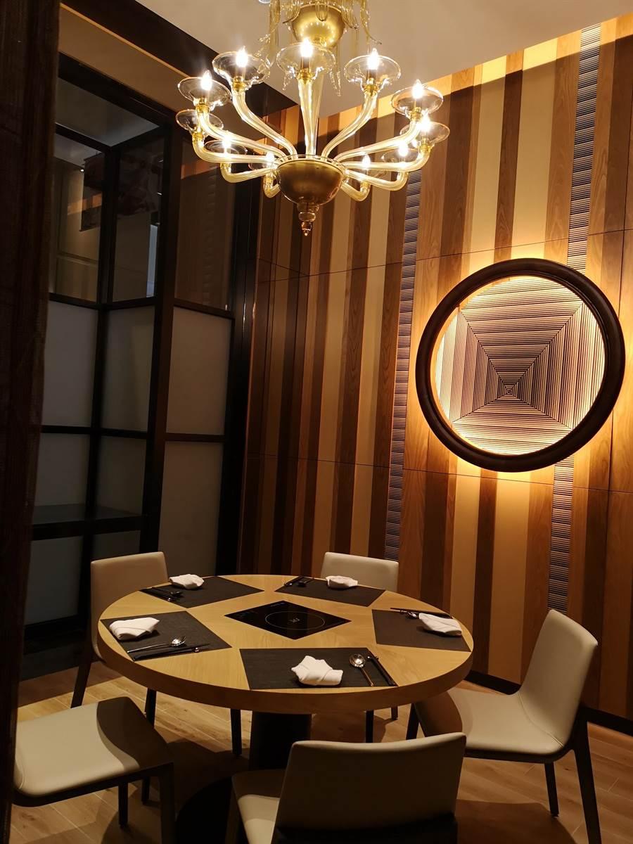 台北萬豪酒店新開〈Mark's Shabu〉高檔火鍋餐廳內,有一圓桌包廂可供貴客「以鍋會友」。(圖/姚舜)