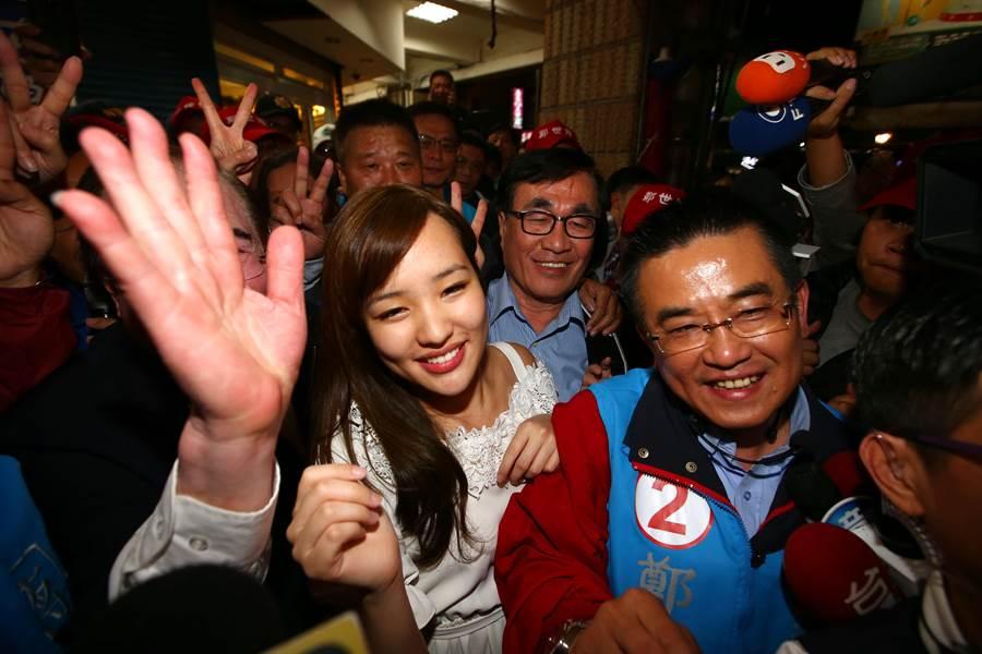 国民党候选人郑世维(右)13日晚间找来高雄市长韩国瑜的女儿韩冰(中)陪同至三和夜市扫街拜票,受到支持者热情欢迎。(资料照,陈信翰摄)