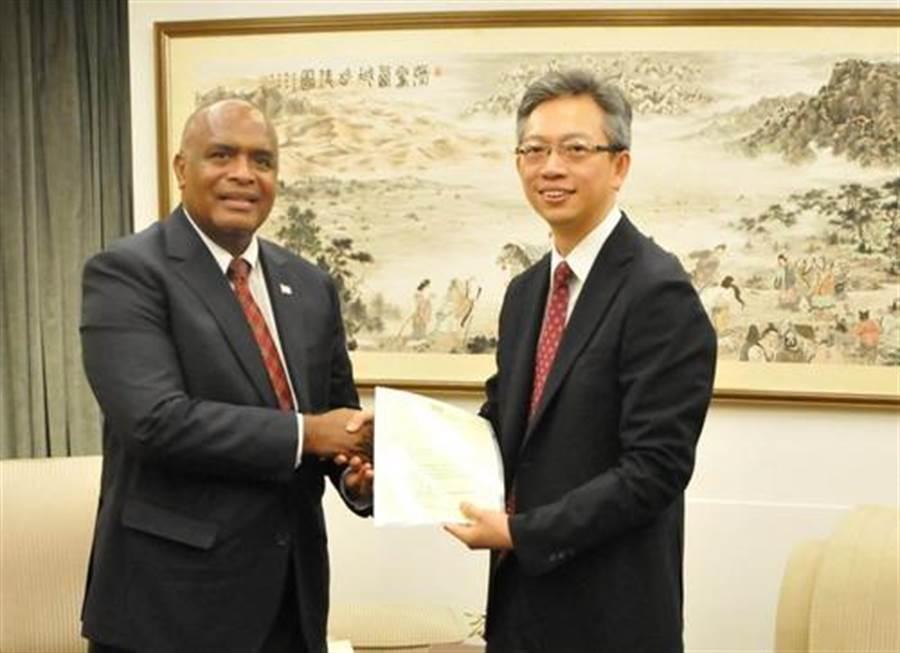 斐濟新任駐華大使坦吉薩金鮑(左)。(圖片取自大陸外交部)