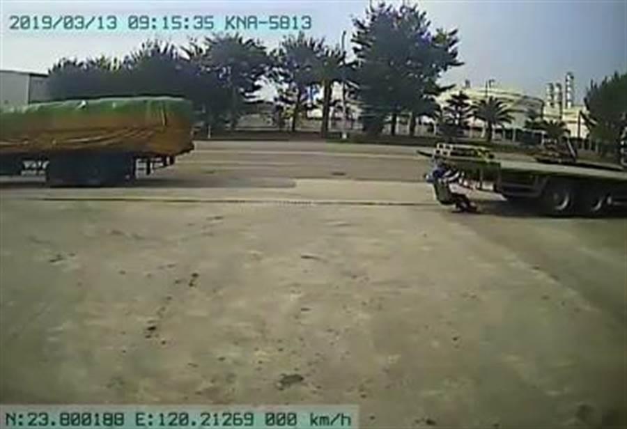 69歲邱姓男子被正在倒車的拖板車撞到。(許素惠翻攝)
