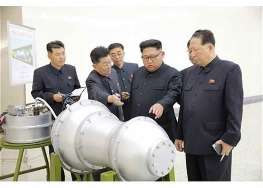 北韓最高領導人金正恩2017年9月3日視察洲際彈道飛彈戰鬥部將攜帶的新製氫彈。(北韓勞動新聞)