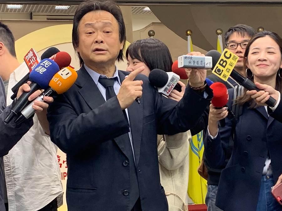 台北市長柯文哲本周六將出訪美國,市議員王世堅送行動電並簽名「任重道遠」。(林縉明攝)