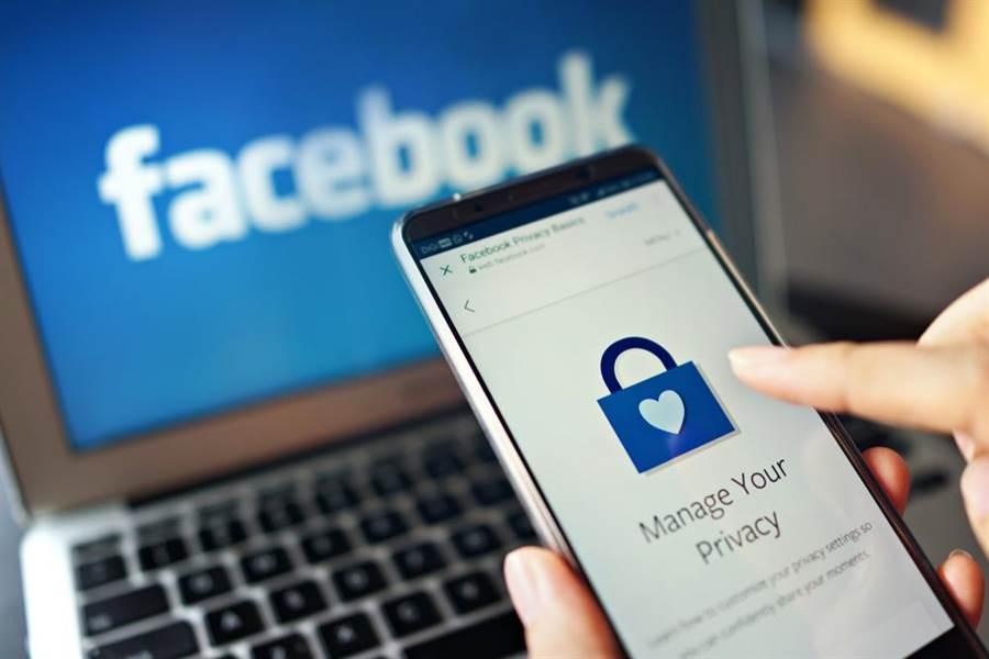 臉書先前與蘋果、亞馬遜以及微軟等150家科技大廠之間達成資訊分享協議,允許它們分享用戶資訊,甚至未獲用戶同意;對此,美國檢察官針對此協議展開刑事調查。(示意圖/達志影像)