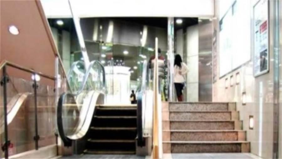 最短電梯僅5步 設計原因超有人性(圖片截自Youtube)