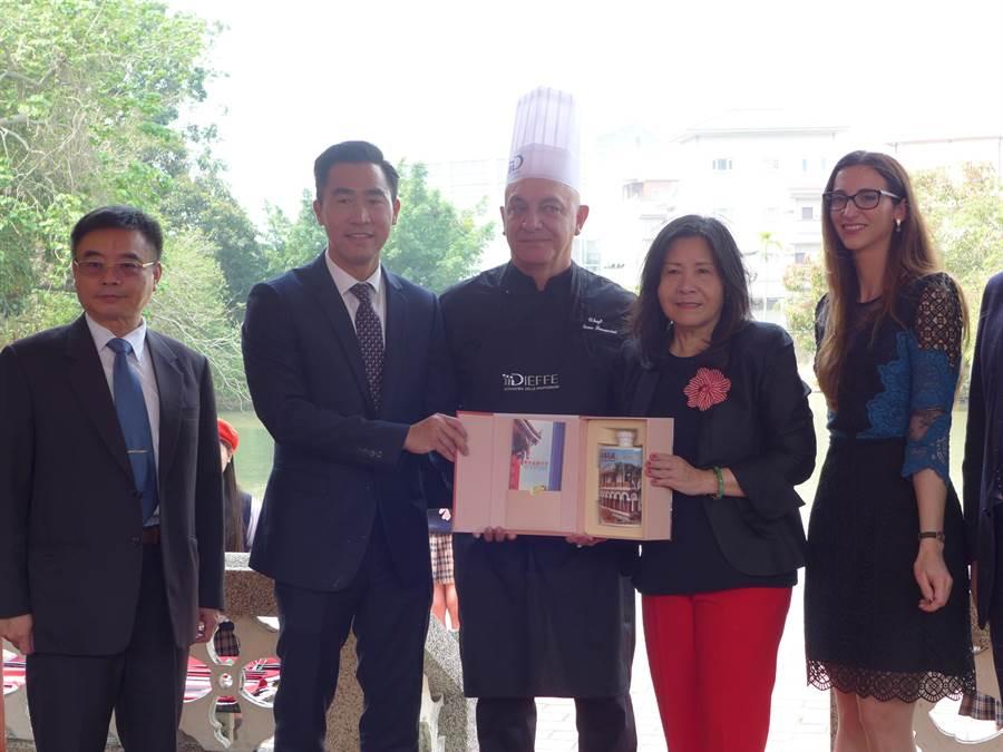 明台高中董事長林芳媖(右二)代表學校贈送紀念酒給主廚費拉里尼(中)。(林欣儀攝)