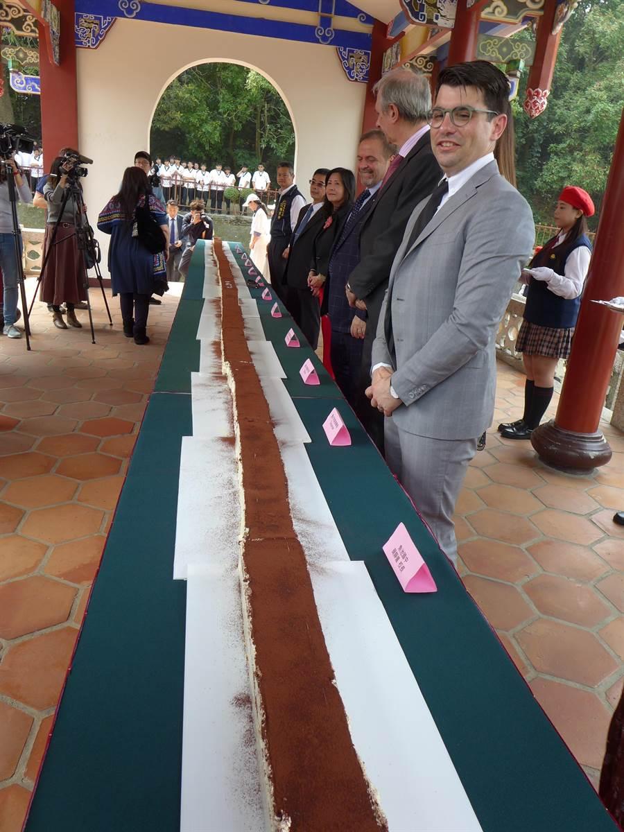 全台最長的提拉米蘇長達8.88公尺,由40名學生配合義大利主廚製作。(林欣儀攝)