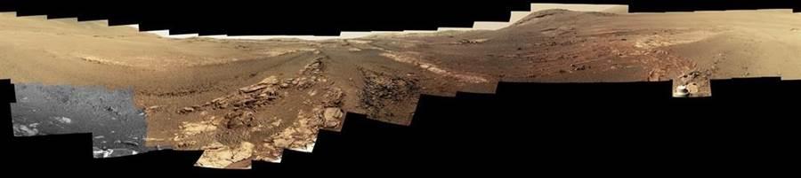 機會號長眠前遭遇嚴重的沙塵暴,畫面左下角灰白畫格就是沙塵暴來襲的痕跡,導致部分過濾器無法正常運作。(圖/NASA)