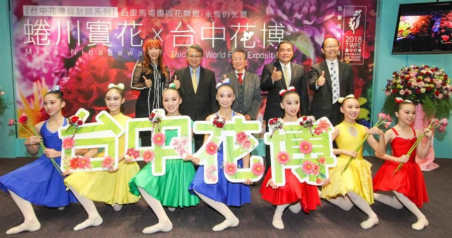 日本知名攝影師蜷川實花(左)14日來台灣擔任花博藝術大使,為花博掀起最後高潮。(盧金足攝)