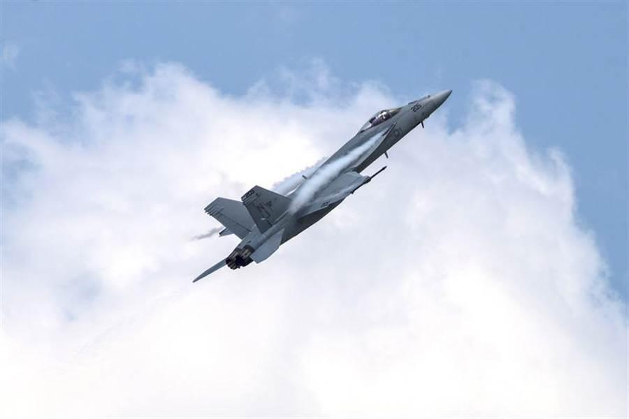 2017年6月11日,美國海軍戰術示範隊於伊利諾斯州史考特空軍基地的F/A-18E飛行表演。(圖/美國空軍)