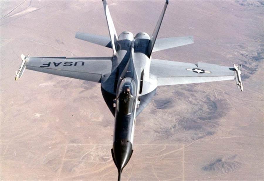 1976年問世的諾斯洛普YF-17戰機,與通用動力YF-16爭取美國空軍的輕型戰機,雖然落敗卻在海軍標案上成功,成為日後的F/A-18。(圖/諾斯洛普)