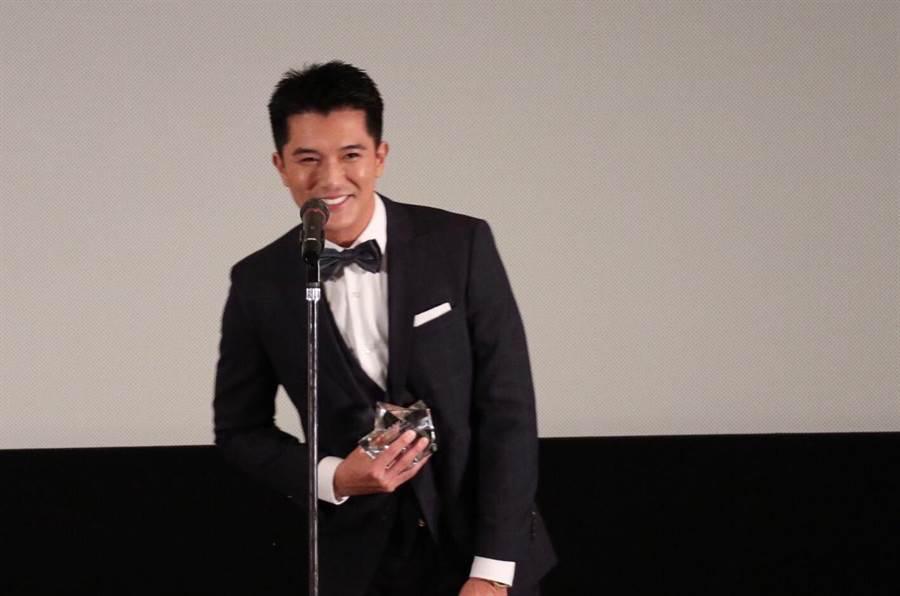 邱澤領獎時對台下影迷露出開心微笑。(海納百川娛樂提供)