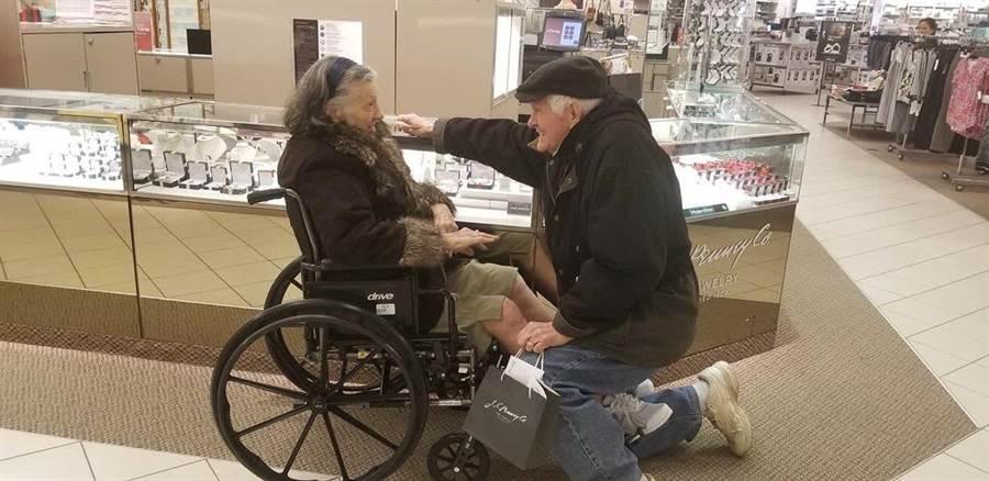 84歲爺爺深情下跪求婚!超浪漫情節惹哭眾人(圖/翻攝自推特/@christinacherie)