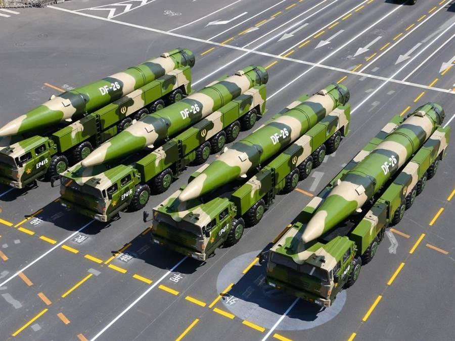 東風26彈道導彈是中共第一種射程可直達關島美軍基地的彈道導彈,因此被外界冠以「關島快遞」或「關島殺手」的外號。美國不惜退出中導條約重新發展中程導彈,可能就是為建立與東風26對抗的威懾力量。(圖/新華社)