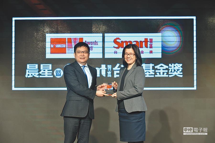 安本標準投信總經理馬文玲(右)代表領獎。圖/顏謙隆