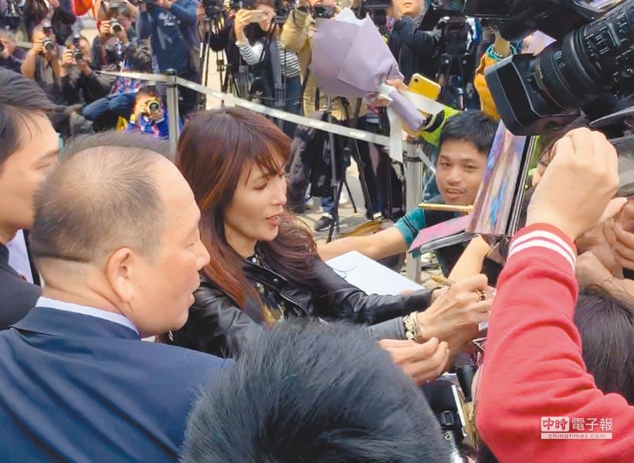工藤靜香(左二)面對歌迷親切從容,大展資深偶像風範。