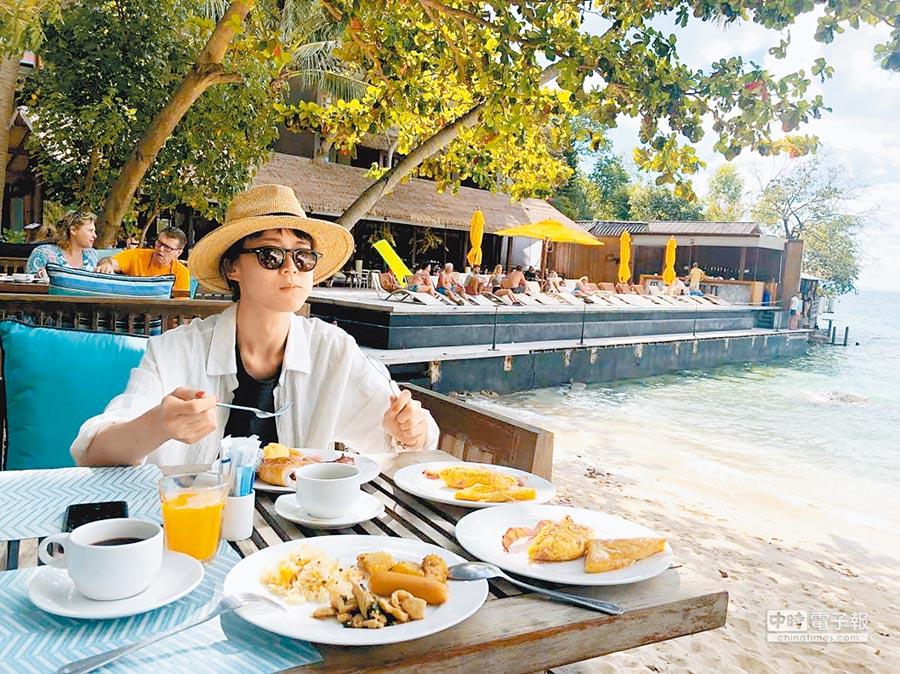 鍾瑶在潛水勝地龜島吃吃喝喝,十分愜意。