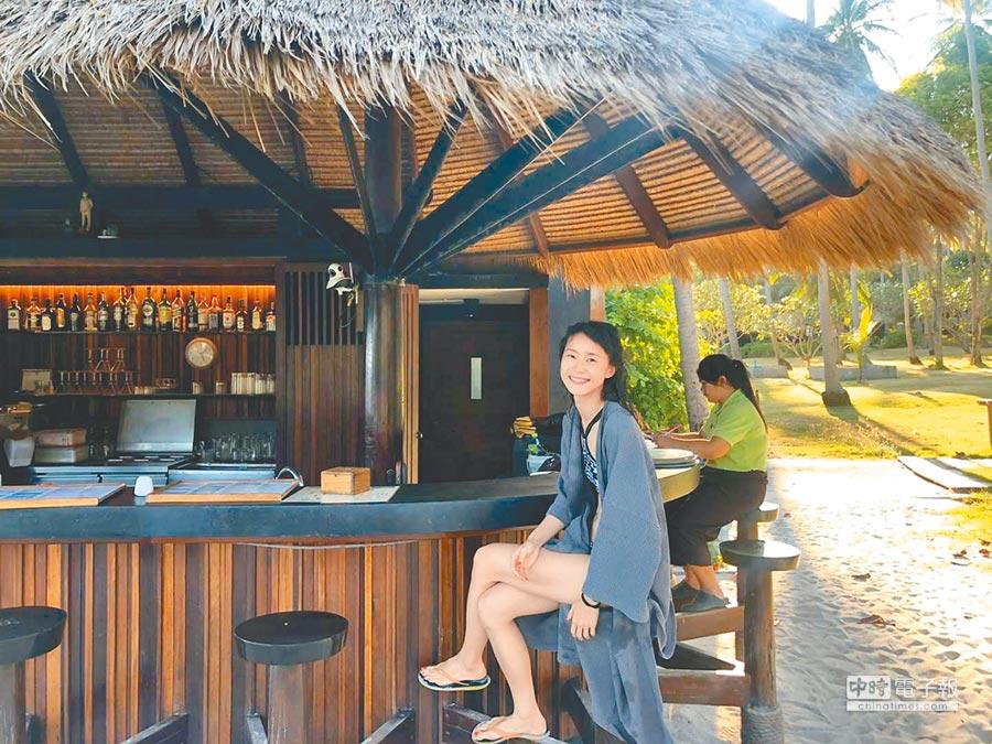 鍾瑶前不久到泰國龜島度假,穿泳裝露一雙白皙美腿。