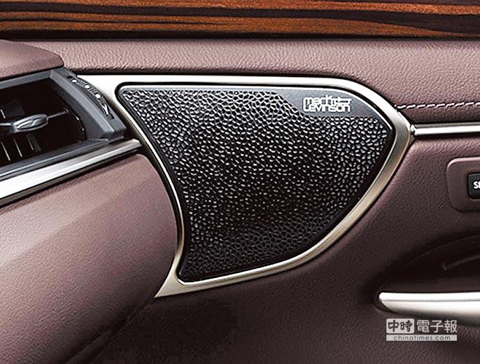 ES 300h旗艦版配備Mark Levinson Premium Surround音響系統,以17具鑑賞級揚聲器搭配7.1聲道,宛如身處天籟般環繞音場。(和泰汽車提供)