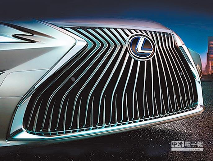 精緻的格柵線條於車頭頂點交會後,以輻射狀向外延展,創造出不斷擴張的視覺動態,讓ES 300h旗艦版更添恢宏大氣。(和泰汽車提供)