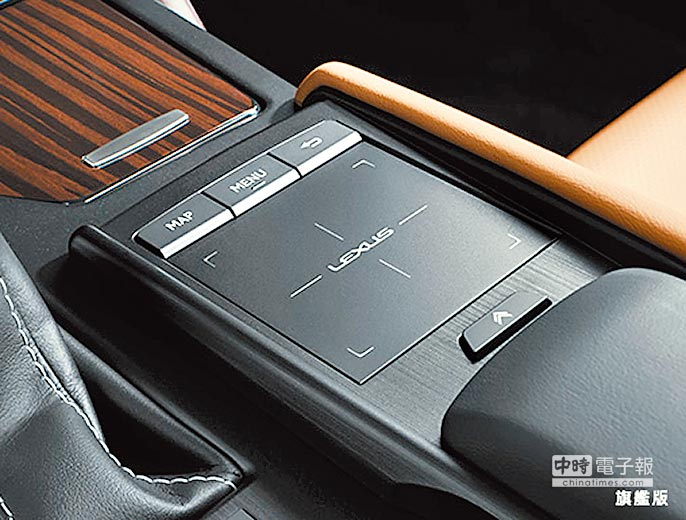 ES 300h旗艦版Remote Touch資訊整合系統操控介面,全平面的設計簡潔俐落,不僅擁有更大的操作面積,也提供絕佳的觸控手感和按壓回饋感。 (和泰汽車提供)