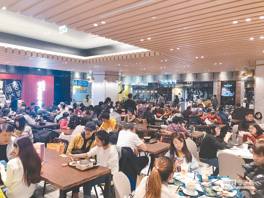 微風南山美食吸客,目前單日最高擠進3萬人。(微風提供)