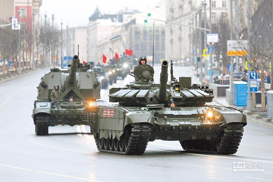 2017年4月27日,俄羅斯在紅場舉行閱兵彩排,T-72B3主戰坦克和其他軍用車輛運行。(CFP)