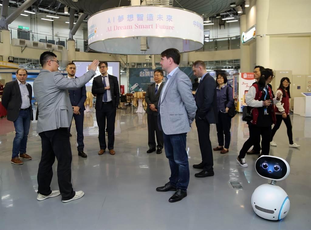俄羅斯托木斯克州參訪團,到中科智慧機器人自造基地取經。(盧金足攝)