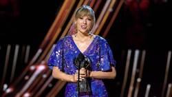 泰勒絲iHeartRadio領獎 拿獎「自尊心大增」無懼被唱衰